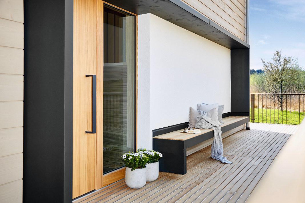 Viele Details vor und im Haus unterstützen den Charakter des individuellen Landhausstils. - Baufritz