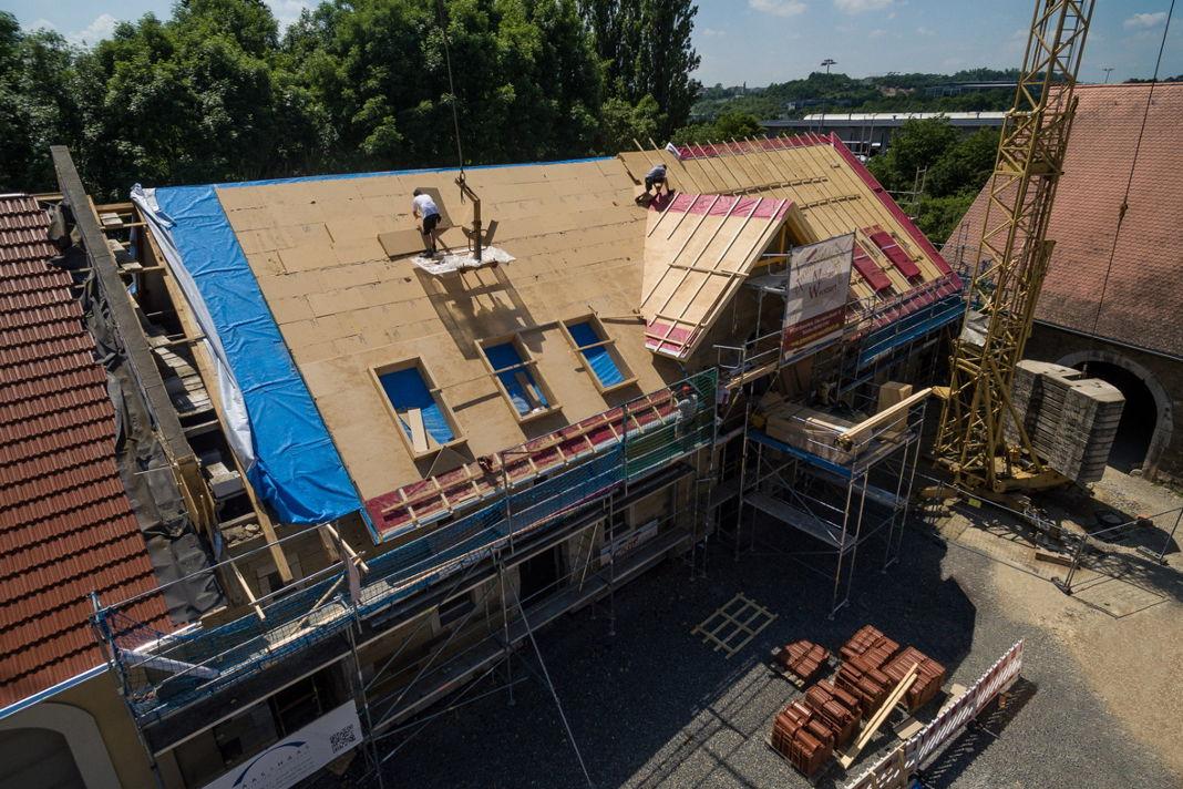 Eindeckung des Einfamilienhauses mit nachhaltigen Holzfaserdämmstoffen - vdnr
