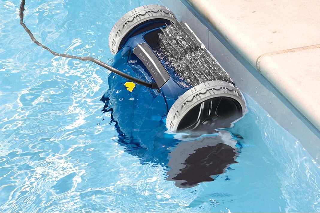 Poolroboter in einem gefüllten Pool.