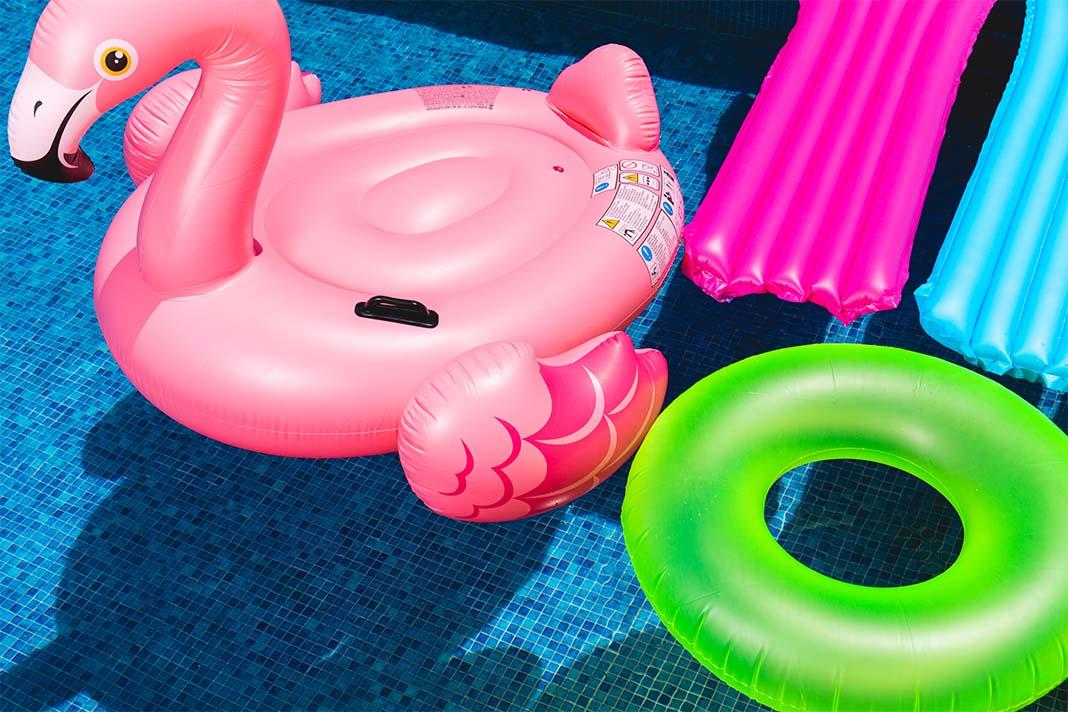 Pool mit aufblasbarem Badespielzeug