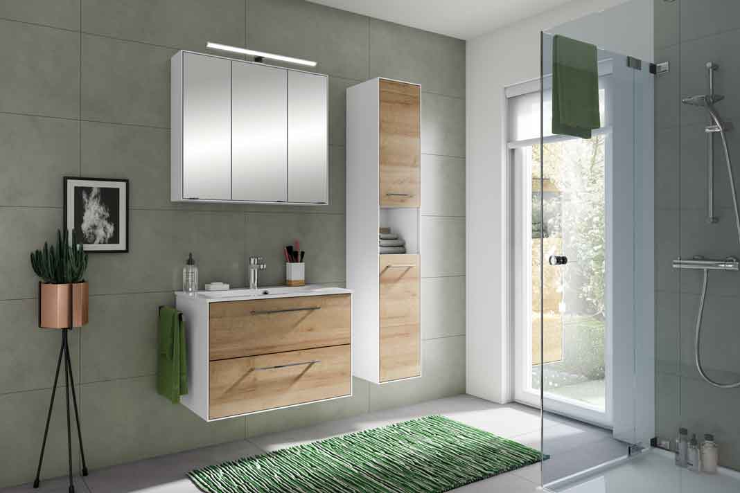 Badmöbel bestehend aus Unterschrank und schmalem Schrank aus Holz mit grünen Dekorationen