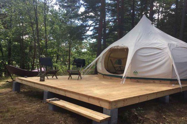 Zelt als modernes Design Gartenhaus auf der Terrasse