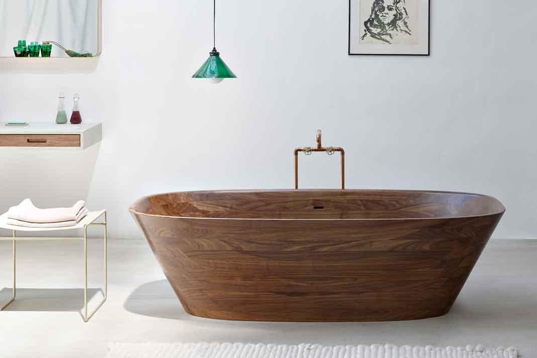 """Die Holzbadewanne """"Shell"""" ist extradünn und elegant."""