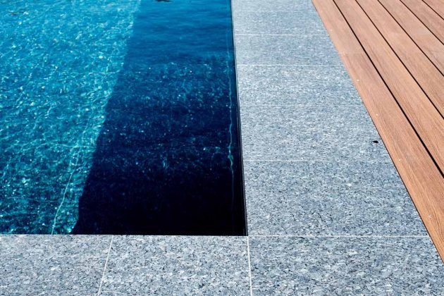 Pool Beckenrand mit Holzterrasse