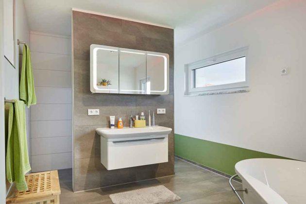 Bad mit hellem Waschtisch im intelligenten Haus
