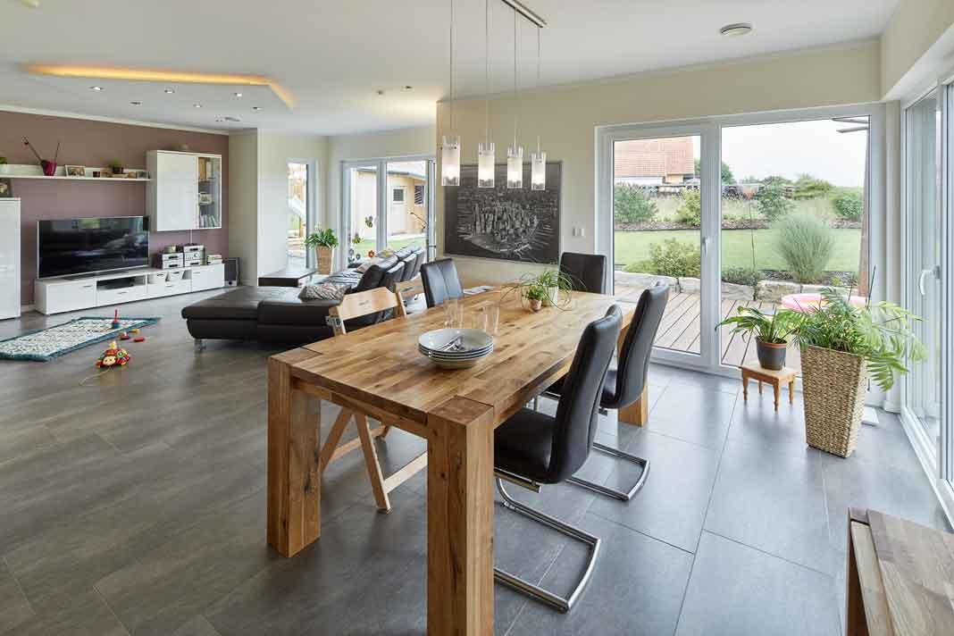 großzügiger Wohn- und Essbereich im intelligenten Haus