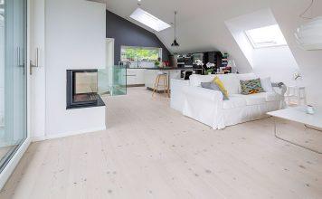 Wohnzimmer mit Bodenbelag aus Weißtanne wirkt hell und freundlich