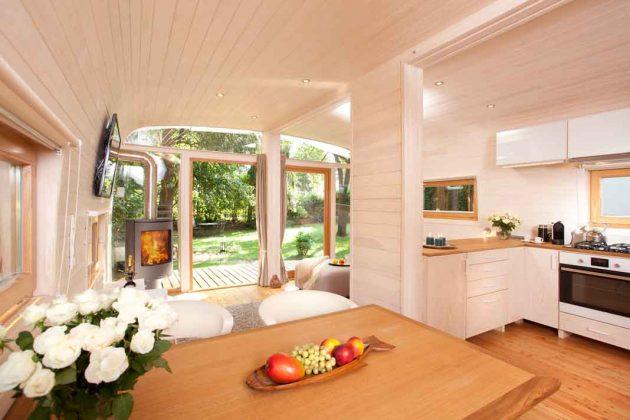 Moderne Gartenhäuser können auch mit Küche und Kamin ausgestattet werden.