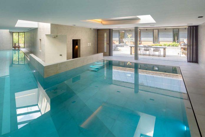Hallenbad mit Innenpool in einem Einfamilienhaus.