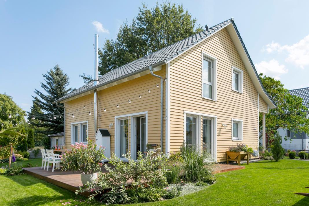 Gartenansicht auf das Holzhaus im skandinavischen Countrystyle - SchwörerHaus KG