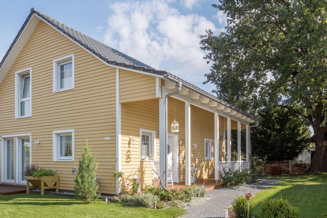 Veranda des Holzhauses im skandinavischen Countrystyle - SchwörerHaus KG