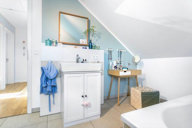 Badezimmer in skandinavischer Inneneinrichtung - SchwörerHaus KG