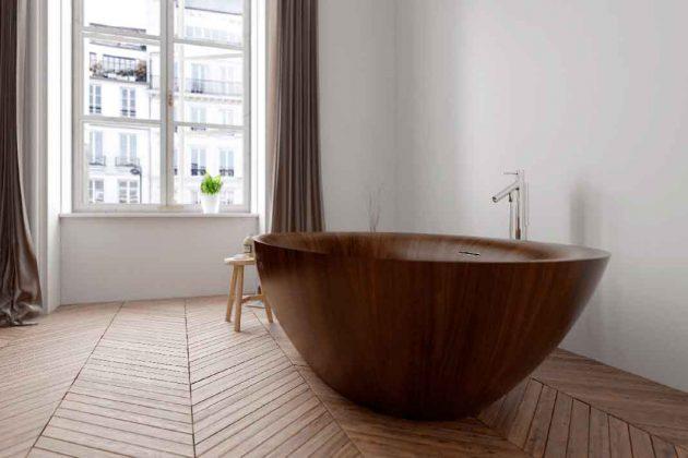 Holzbadewanne im schlichten Bad