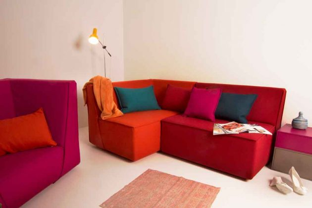 Sofa in Rottönen mit linkem Sessel