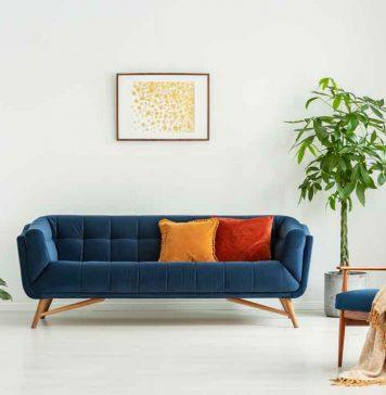 sofa bunt mit weißer Wand