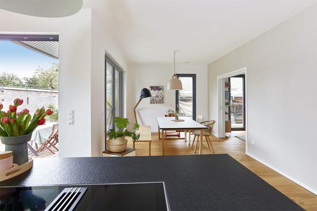 Offener Ess- und Kochbereich im Einfamilienhaus mit Satteldach - GUSSEK HAUS