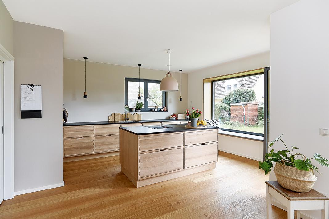 Harmonische Inneneinrichtung im schmalen Einfamilienhaus mit Satteldach - GUSSEK HAUS