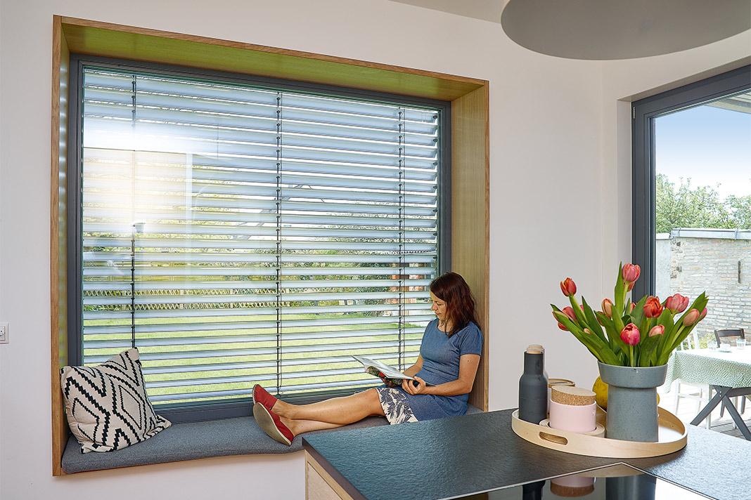 Sitzfensterbank in der Küche des Einfamilienhauses mit Satteldach Foto: GUSSEK HAUS
