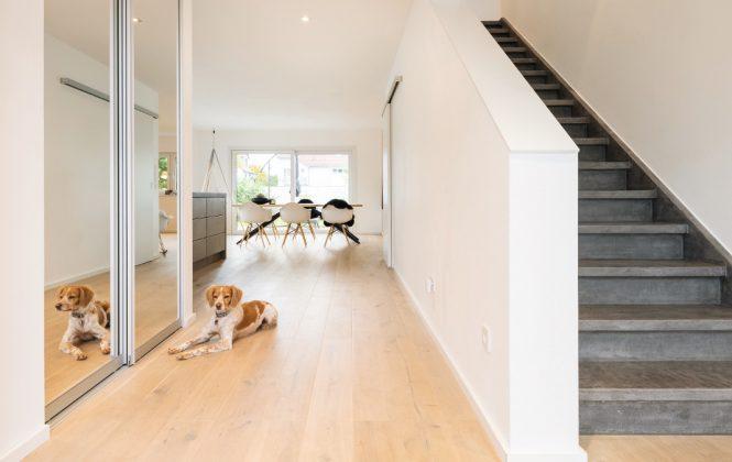 Offene und freundliche Diele im individuellen Familienhaus - FingerHaus GmbH