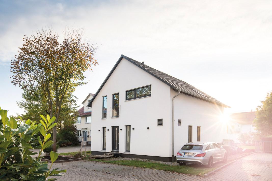 Individuelles Familienhaus mit weißer Putzfassade - FingerHaus GmbH