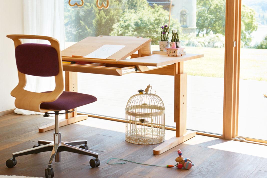 Schreibtisch und Schreibtischstuhl höhenverstellbar - TEAM 7