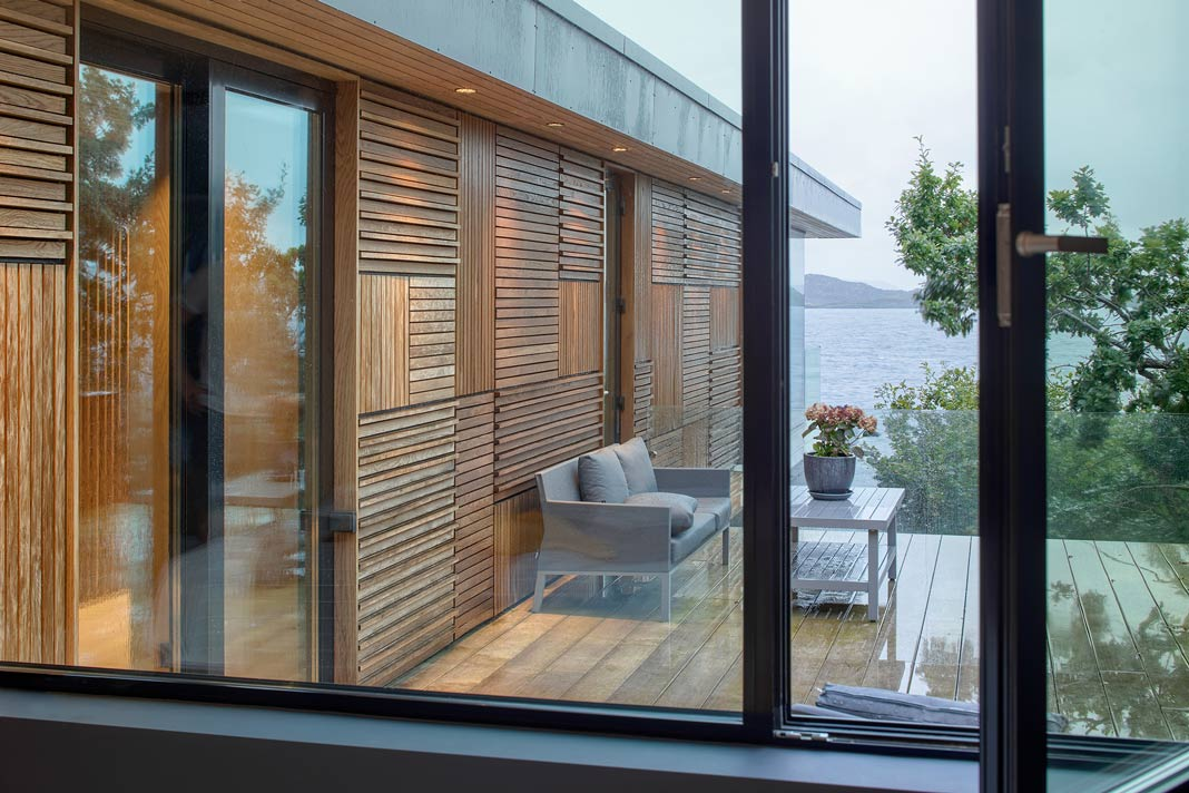 Große Schiebetüren ermöglichen den Zugang zur Terrasse - Schüco
