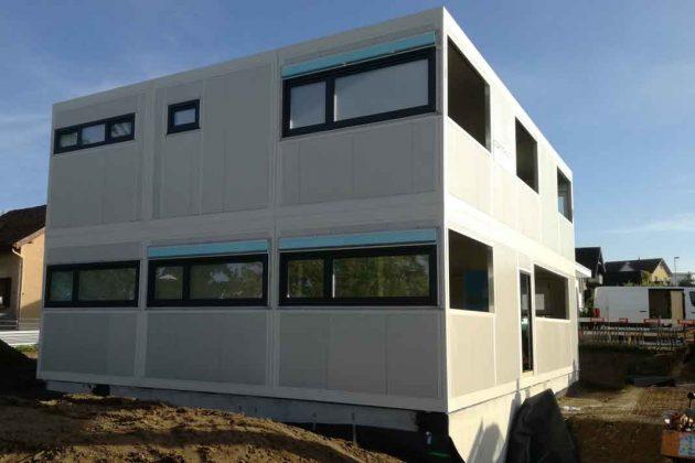 gestapelte Wohnmodule bilden ein modernes Modulhaus