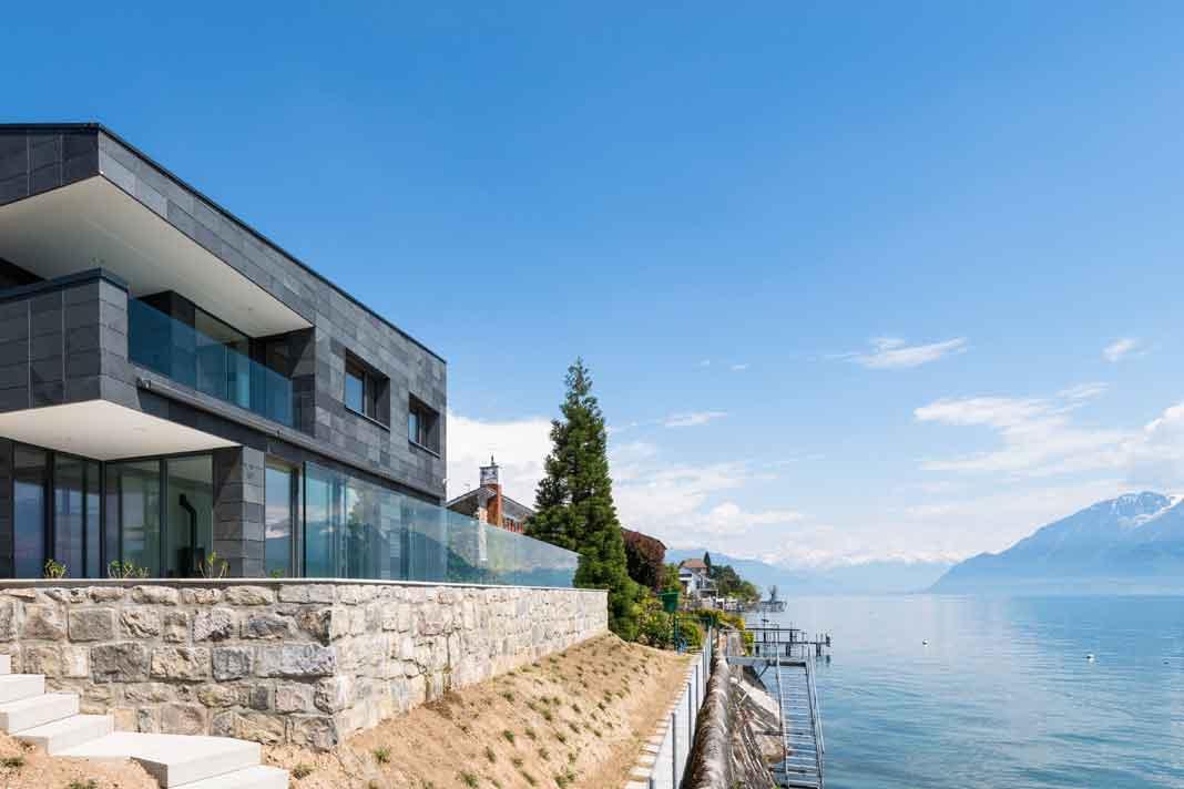 Villa mit Natursteinfassade aus schwarzem Schiefer