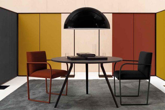 verschieden farbige Stühle