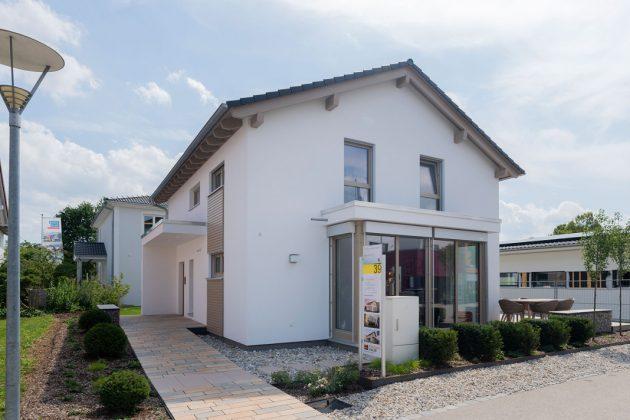 Ansicht Eingangsbereich - familienfreundliches Musterhaus - FingerHaus GmbH