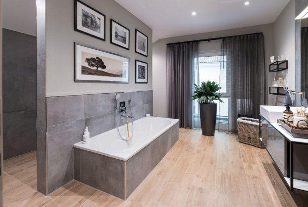 Badezimmer im DG - familienfreundliches Musterhaus - FingerHaus GmbH