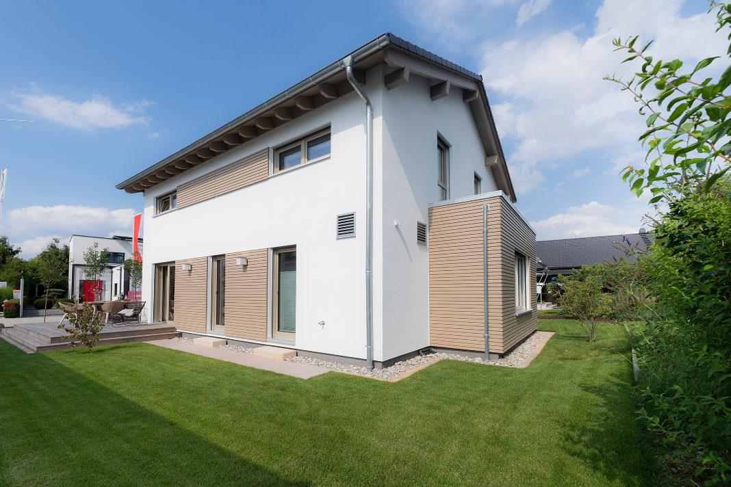 Gartenansicht - familienfreundliches Musterhaus Poing - FingerHaus GmbH