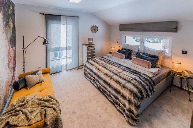 Schlafzimmer im DG mit hohem Kniestock - familienfreundliches Musterhaus - FingerHaus GmbH