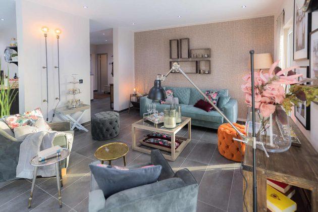 Wohnzimmer offen im familienfreundlichen Musterhaus - FingerHaus GmbH