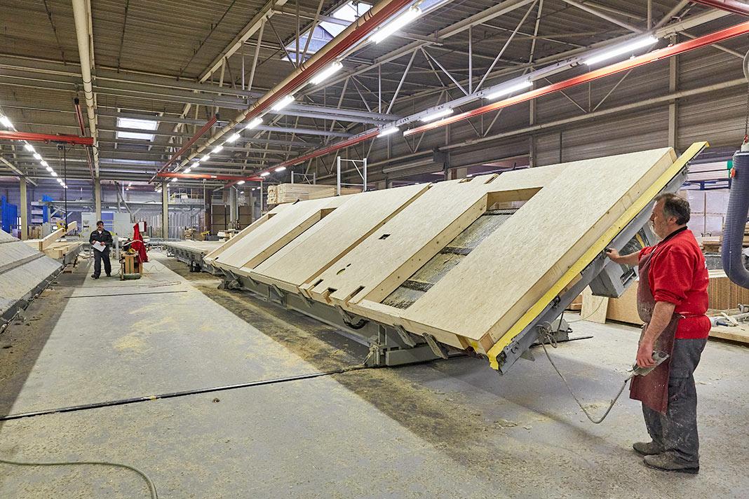 Die Bauelemente werden in der Werkshalle vorgefertigt - Fertigbauweise - LUXHAUS