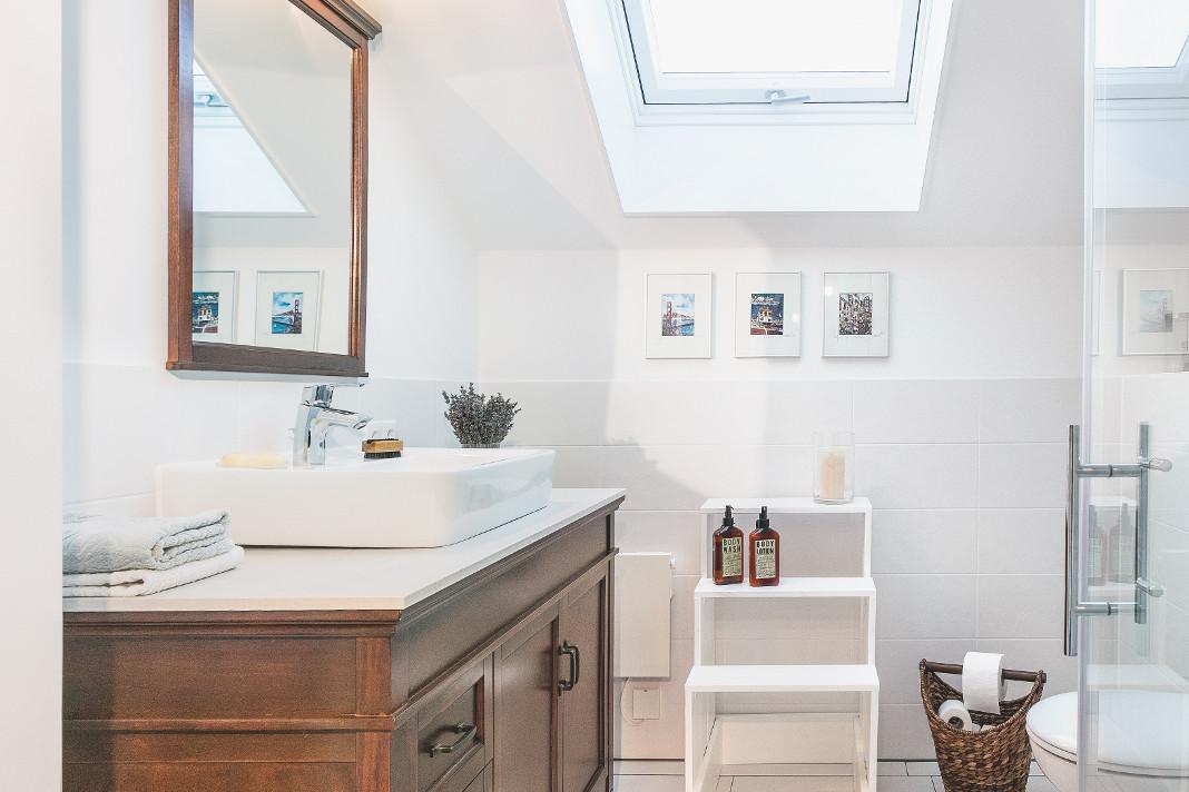 Badezimmer im Obergeschoss mit hohem Kniestock - SchwörerHaus KG