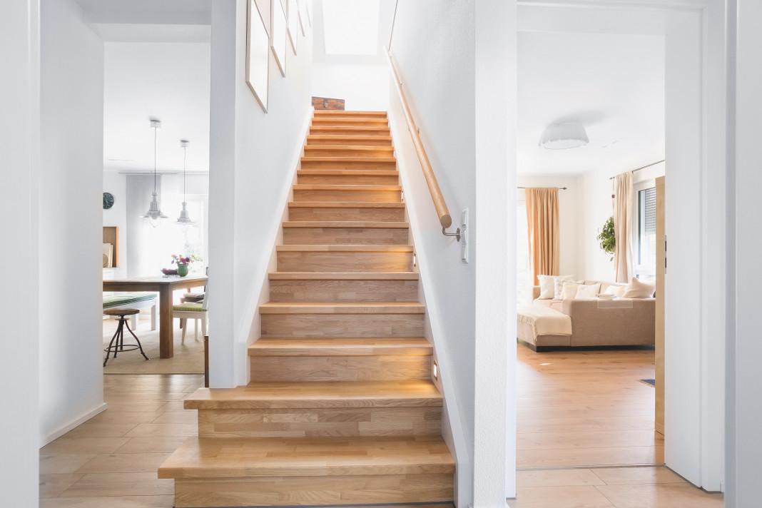 Flur mit gradläufiger Treppe - SchwörerHaus KG