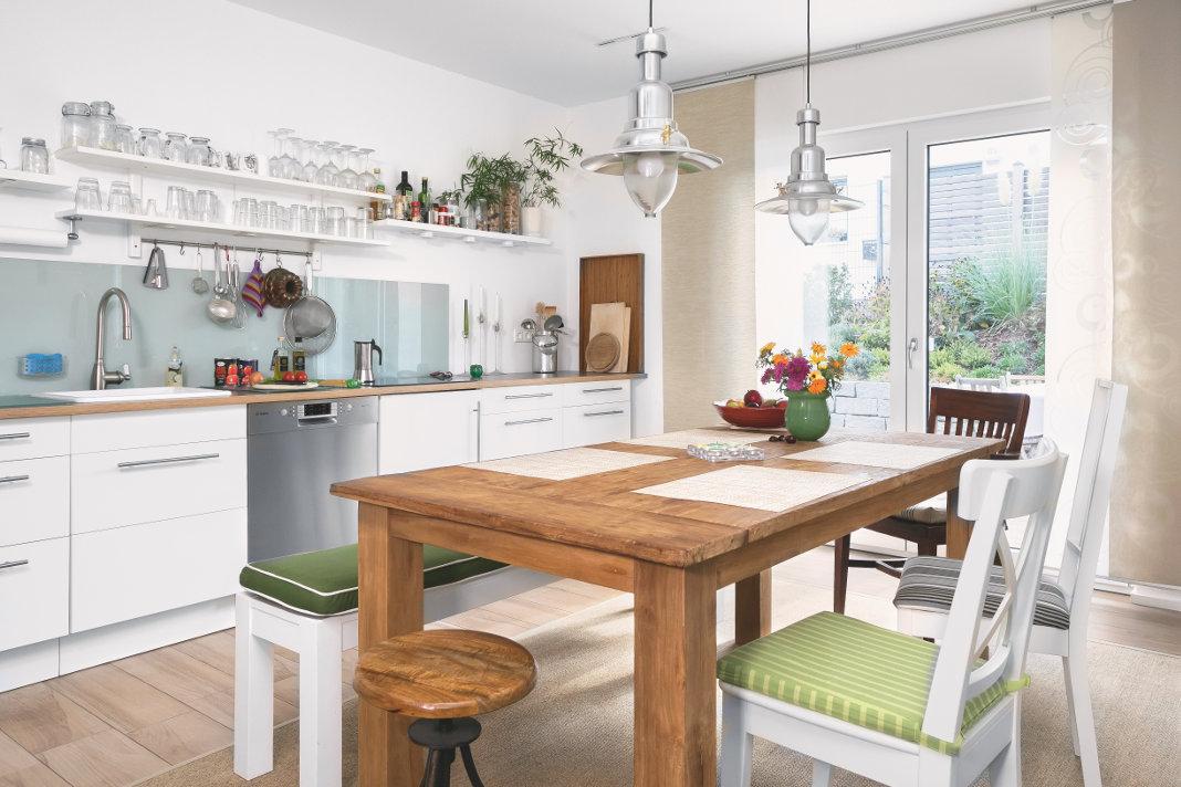 Bodentiefe Fenster im Ess-/Kochbereich des modernen Schwedenhauses - SchwörerHaus KG