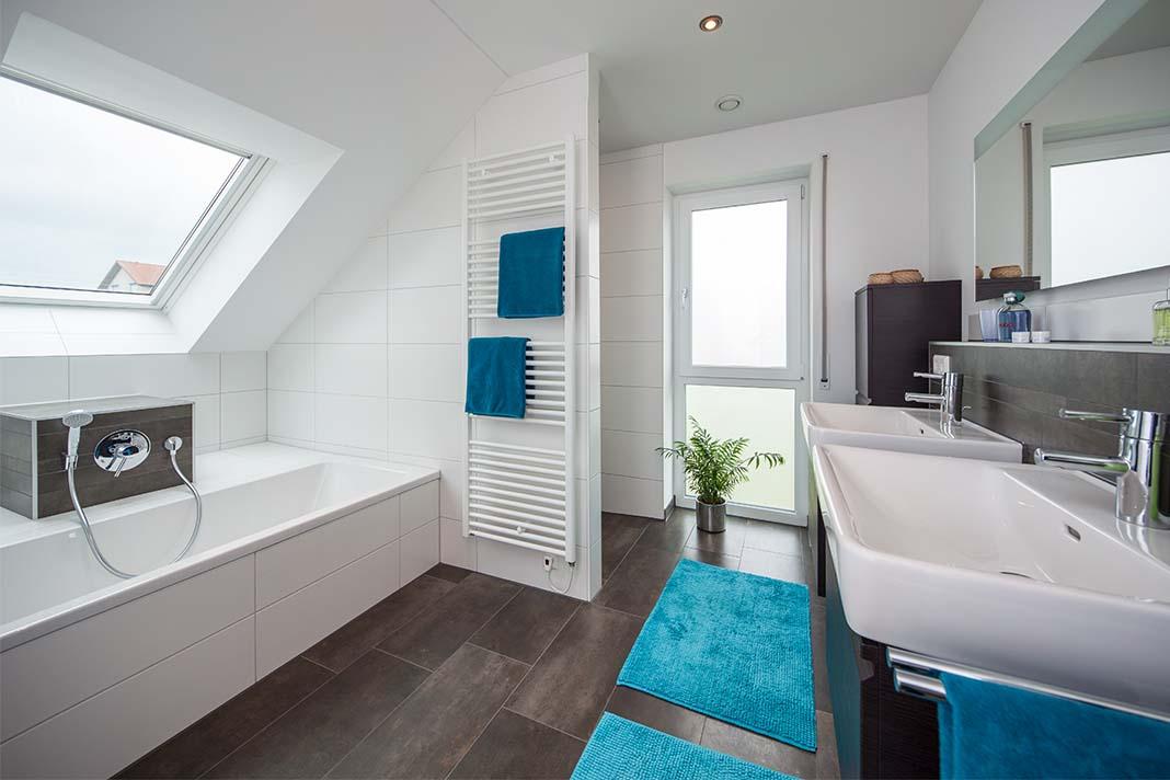 Badezimmer in Mehrgenerationenhaus Heuberger - BAUMEISTER-HAUS