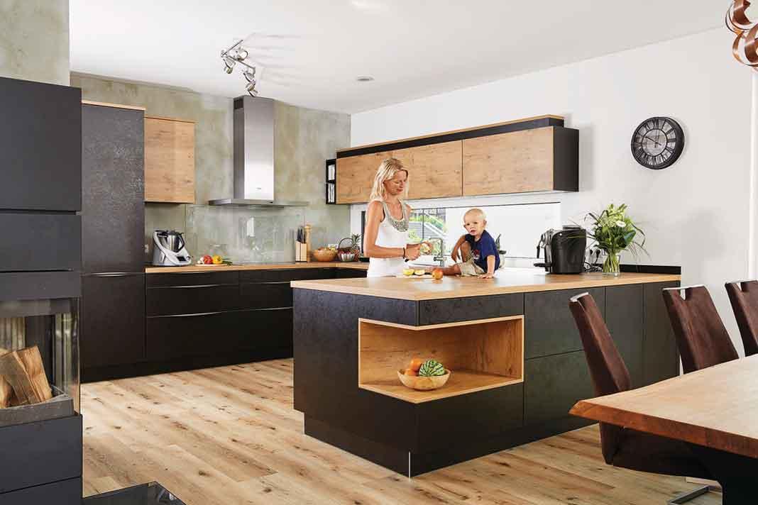 moderne Küche im Einfamilienhaus mit Satteldach