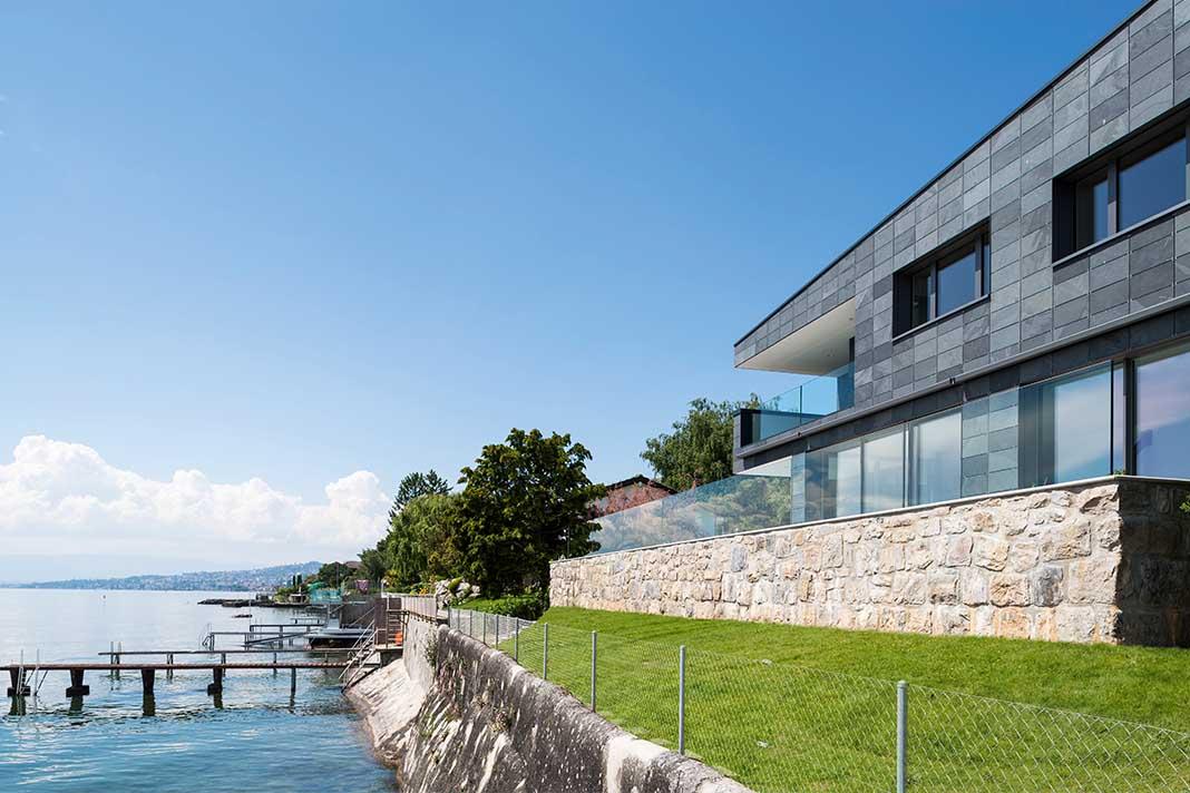 Villa mit Schieferdach am Genfersee.