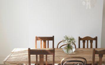 Pflege von Holzmoebeln - Getty/Martin Barraud