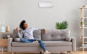 Wohngesundes Raumklima Frau entspannt auf einem Sofa im Wohnzimmer.