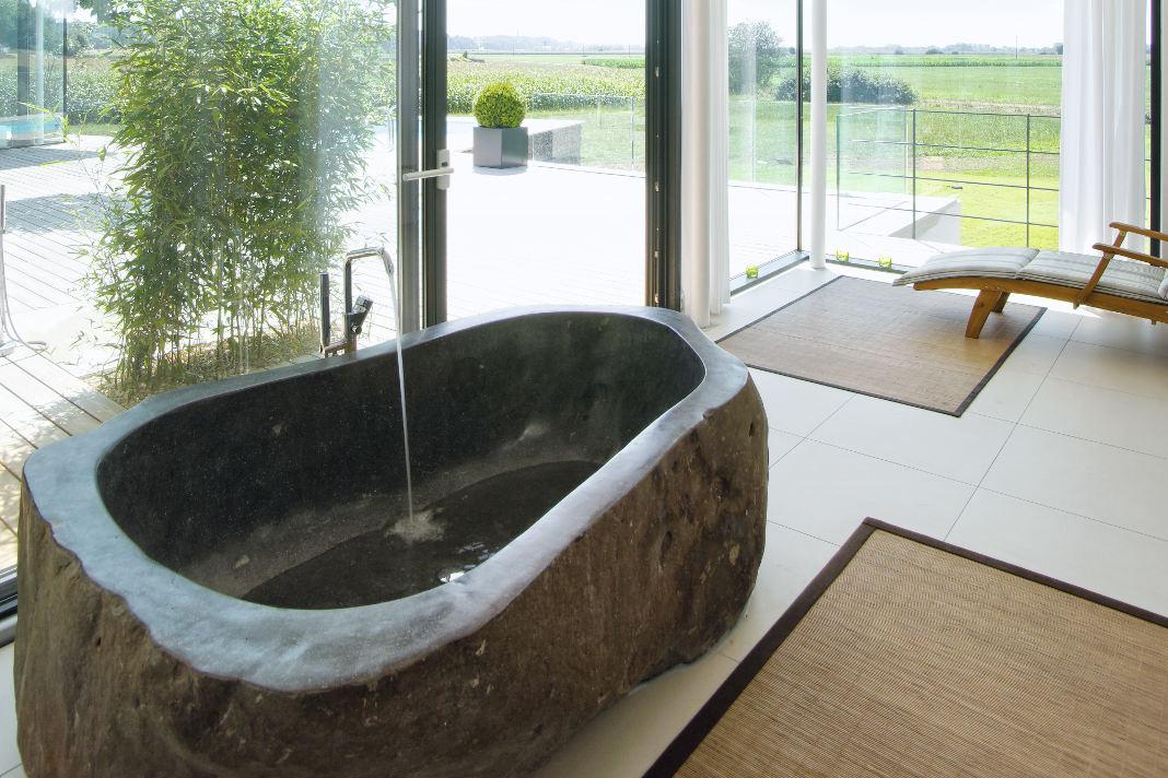 Frei stehende Badewanne im Atrium-Bungalow - Thomas Meese