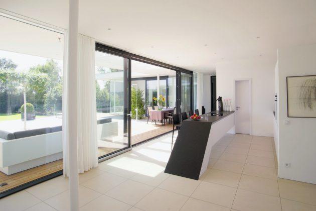 Futuristische Küche im Atrium-Bungalow - Thomas Meese