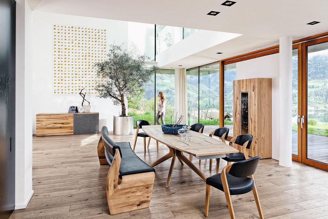 wohngesunden Naturmaterialien im Wohnzimmer - iStock/wesvandinter
