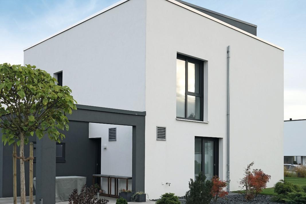 Helle Toene und Anthrazit beim Passivhaus-Kubus á la Bauhaus - Thomas Drexel