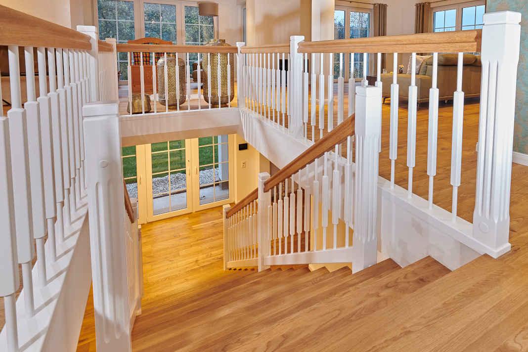 Eine Holztreppe passt ideal in den Landhausstil