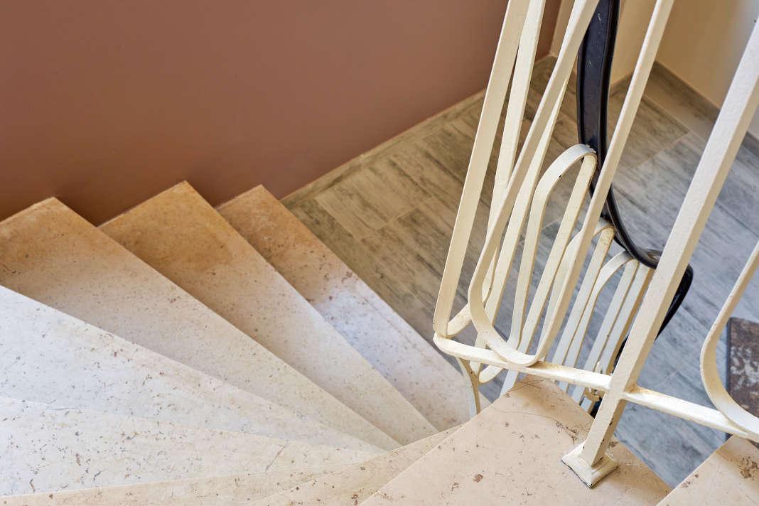 Altes Treppenmodell mit Gelaender, das viel Platz wegnimmt - epr/Portas