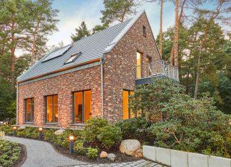 Haus mit Klinkerfassade und Satteldach